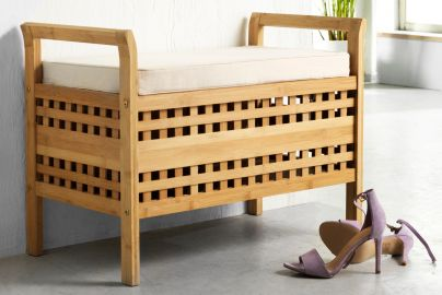 Bambusbænk med hvid hynde og plads til opbevaring