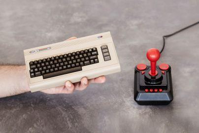 Commodore 64 spillekonsol med 64 spil & USB joystick