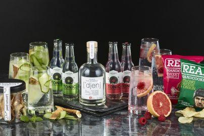 Ginpakke med longdrinksglas og snacks
