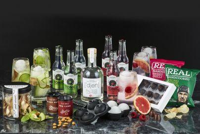 Ginpakke med glas, isterningskugler og snacks