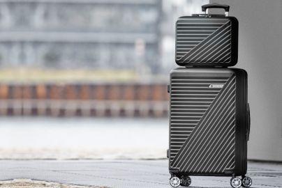 Tobias Jacobsen mellem kuffert og carry on trolley